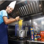 Vincenzo Nibali cucina per i compagni
